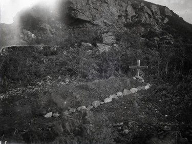 The 1917 image of the grave