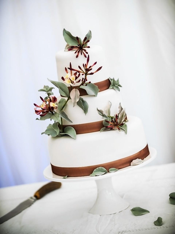 Sonnda Catto's wedding cake with honeysuckle decor