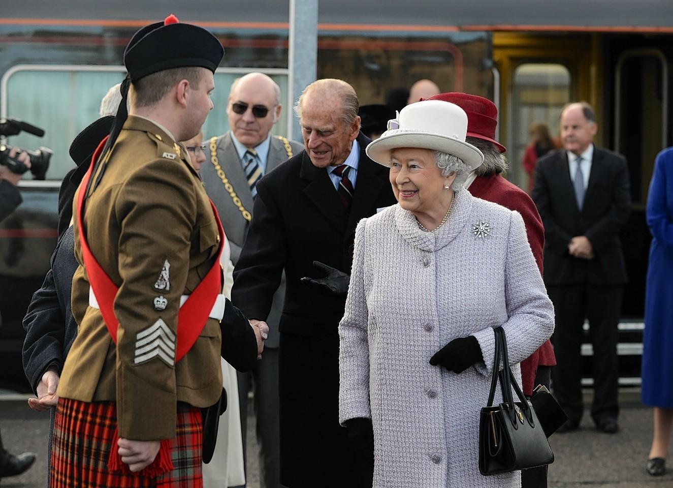 The Queen and Duke of Edinburgh meet  Pipe Major Ryan at Elgin Train Station