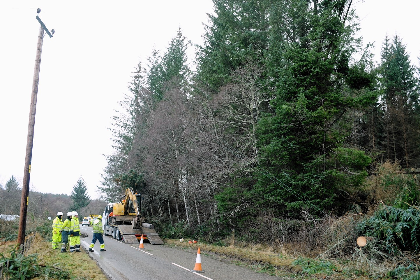 Engineers repair powerlines between Balnain and Cannich