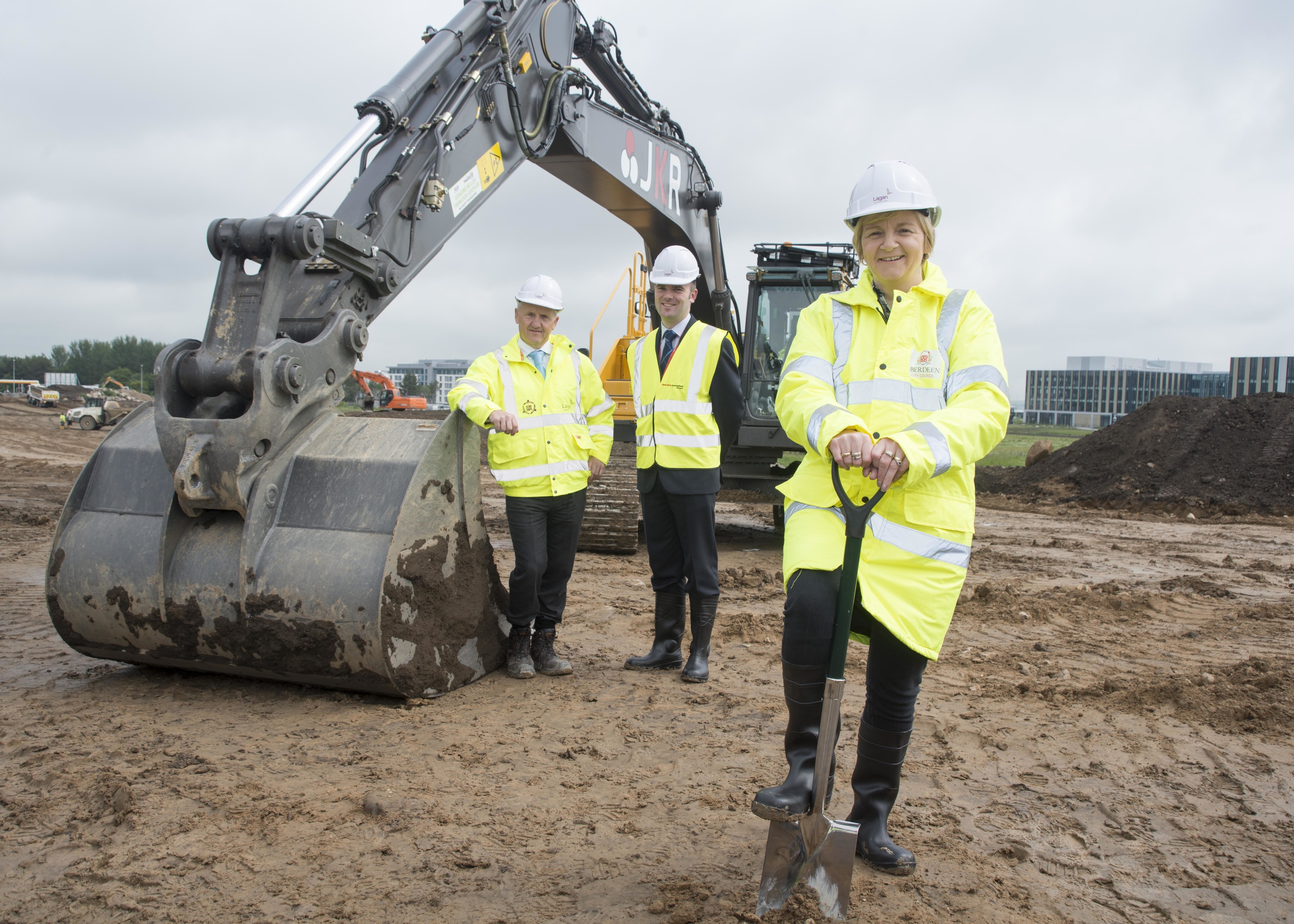 25/06/15   Aberdeen City Council Leader Councillor Jenny Laing, Lagan Construction Group Regional Director Scotland and Northern England Gavin McKevitt, and Aberdeen International Airport Operations Director Ben Dempster.