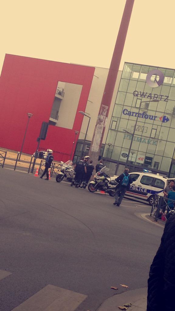 Police surround the Paris shopping store Primark. Picture credit: Twitter user @holysheilla