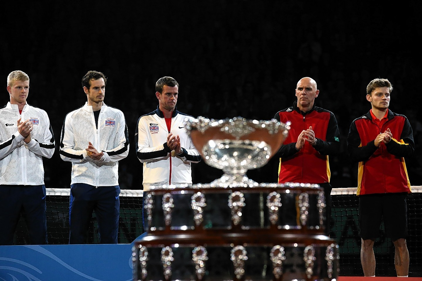 Great Britain's (left to right) Kyle Edmund, Andy Murray and captain Leon Smith before the trophy presentation
