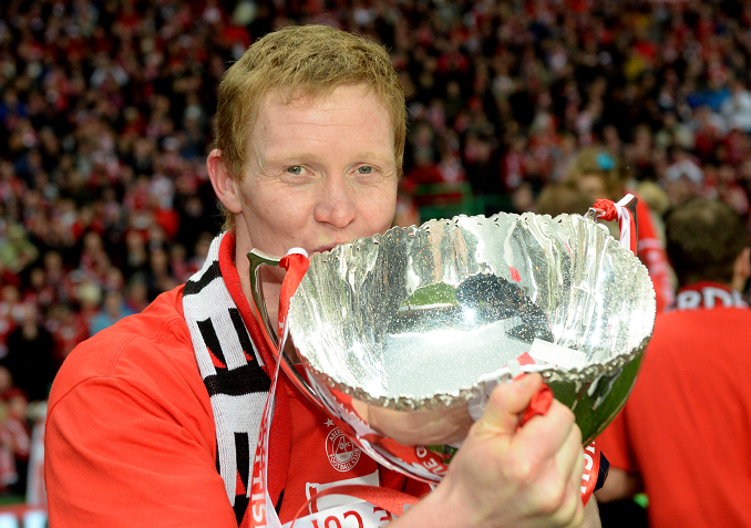 Aberdeen's Barry Robson kisses the Scottish League Cup trophy