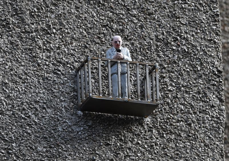 Isaac Cordal (ES) on Illicit Still building, Guestrow.