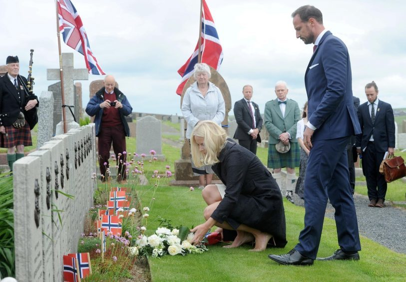 Their Royal Highnesses visit and lay flowers at the graves of Norwegian sailors who died during the second World War.