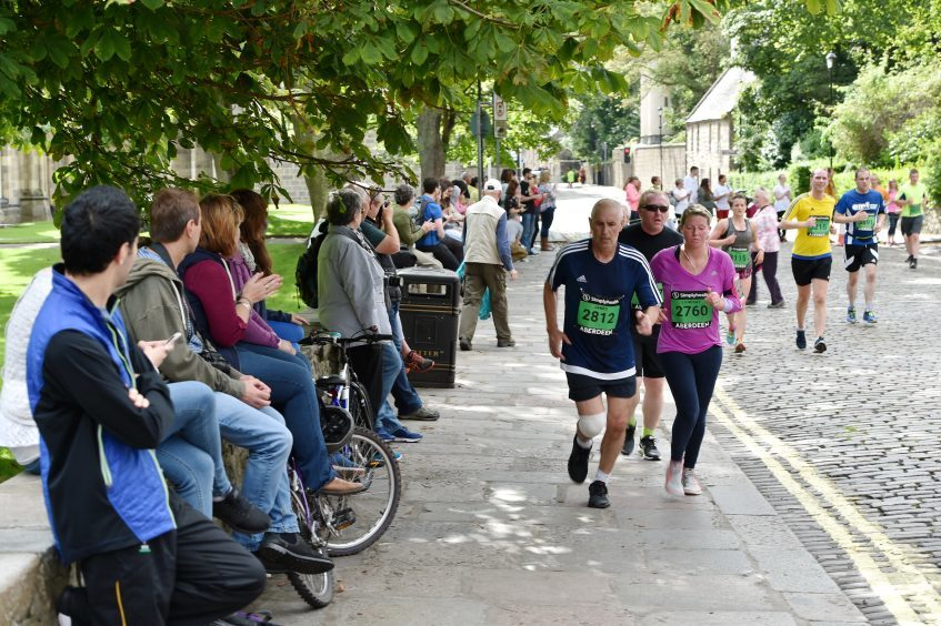 Picture of runners passing the University of Aberdeen, Old Aberdeen.  Picture by Kenny Elrick