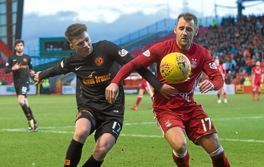 Aberdeen's Niall McGinn (R) in action against Jamie Robson