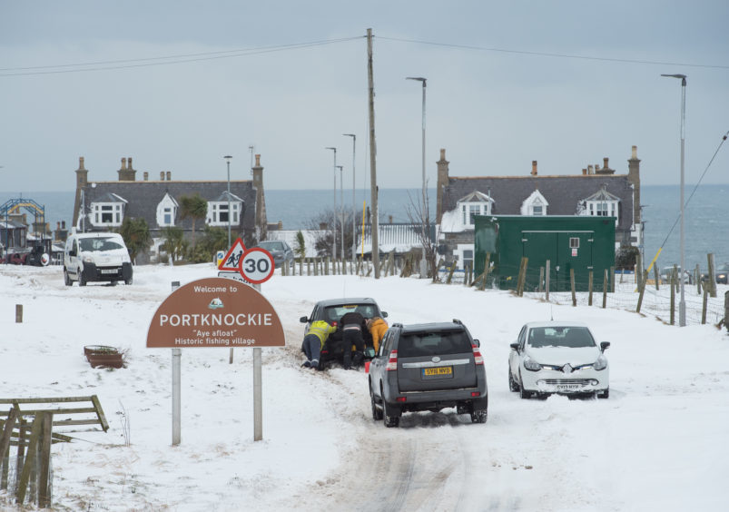 Moray and police helping out stranded drivers.