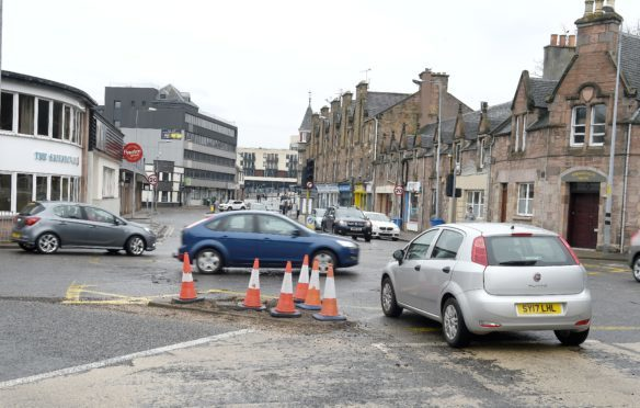 land rover crashes into traffic lights at busy inverness. Black Bedroom Furniture Sets. Home Design Ideas