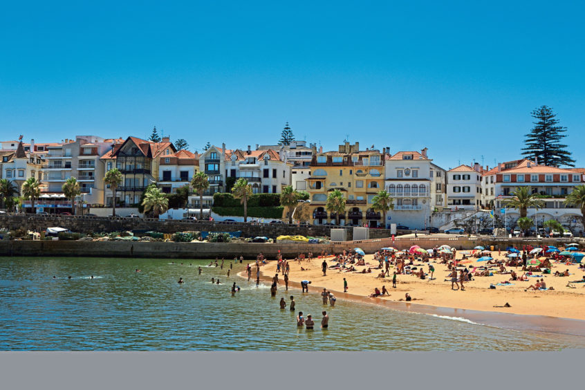 The golden sands of the Cascais beachfront