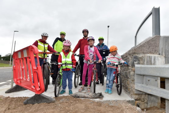 Transport Scotland have not built a cycle path, AWPR. 17th August 2018.  Pictured are Back: Andrea Britton, Carl Gerrard, Nir Oren-Woods and Kirsty Hay. Front: Isla Gerrard, Leya Oren-Woods, and Katy Hay.     Picture by Scott Baxter    17/08/2018