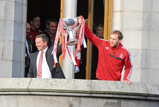 Aberdeen boss Derek McInnes and Russell Anderson with the League Cup in 2014.