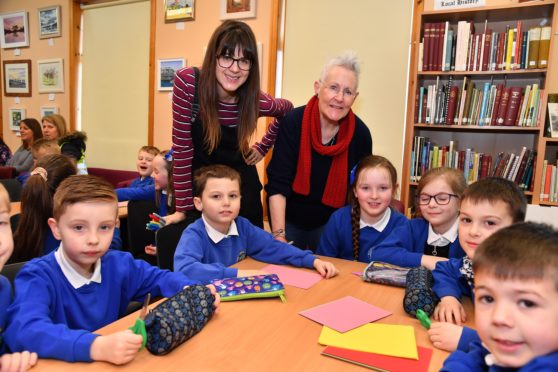 ILLUSTRATOR EILIDH MULDOON (L) AND AUTHOR VIVIAN  FRENCH WITH MACDUFF PRIMARY PUPILS AT MACDUFF LIBRARY.