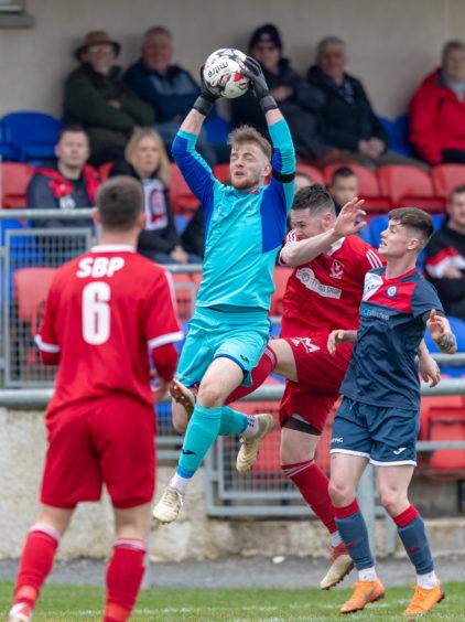 Deveroinvale Keeper Robbie Mutch makes a save