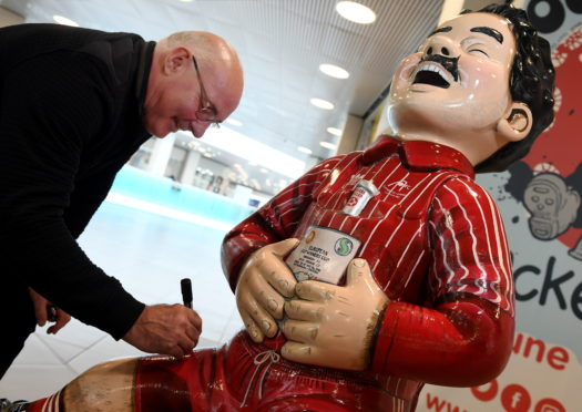 Former Dons captain Willie Miller visited the Oor Wullie Bucket Trail shop in the Bon Accord centre
