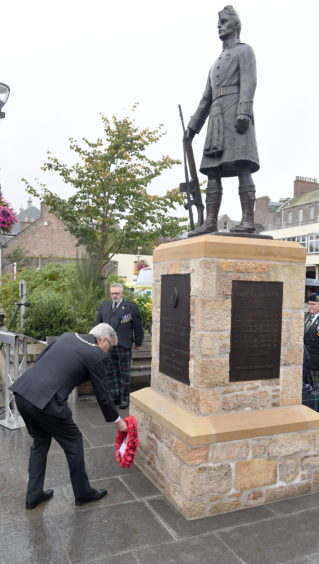 Depute Provost Graham Ross lays a wreath at the newly unveiled statue. Picture by Sandy McCook