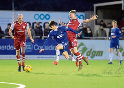 Cove's Declan Glass beats Stirling's Kevin Nicol and Danny Jardine. Picture by Kath Flannery